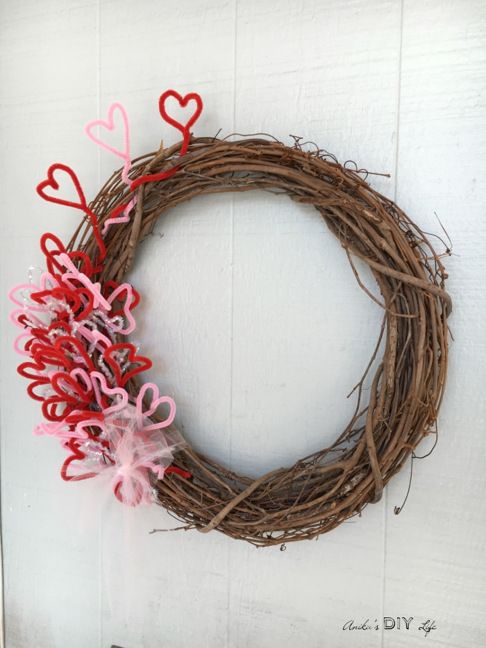 An easy DIY Valentine's Wreath! It is so beautiful with its rustic charm. Its a great kids valentine's craft too!