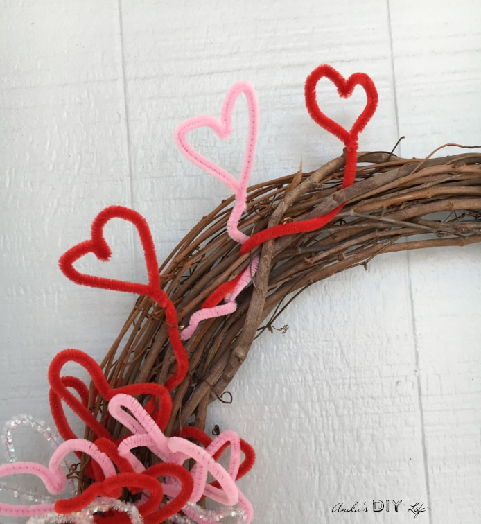 A pretty and fun Valentine's wreath! Lots of hearts that are flying away!