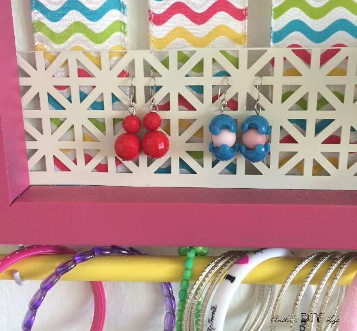 Pretty earring organizer for teen girls! This is such a great DIY accessory organizer!
