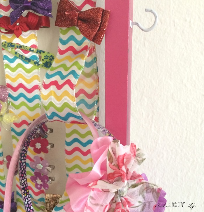 How to organize hair bands with this amazing DIY little girls accessory organizer