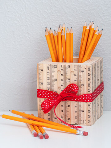 Learn how to make this easy wooden DIY ruler pencil holder. A quick and simple project made from scrap wood to organize a student desk or a DIY teacher appreciation gift.