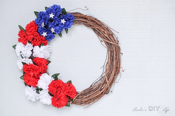 Step by step tutorial for easy patriotic wreath you can make today for under $5 and in 10 minutes