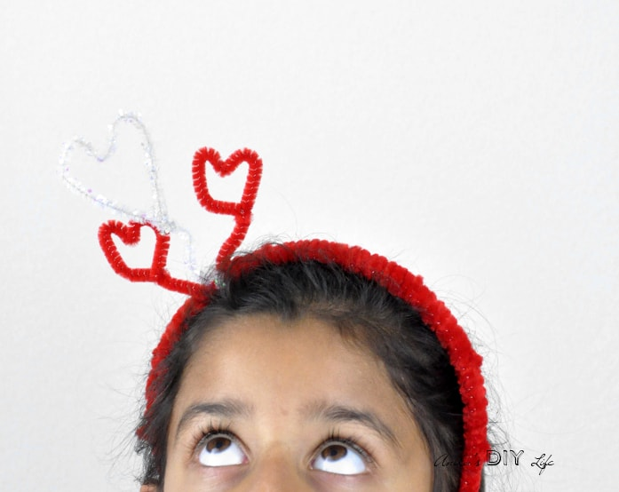 A super easy and fun DIY Valentines day hairband for little girls