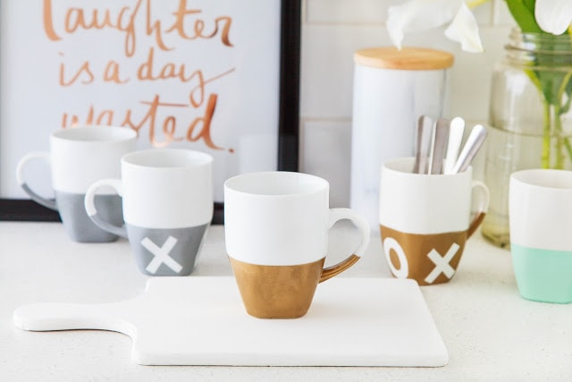 DIY Gold painted mugs - makes a great DIY gift. see the other 20 DIY gold decor ideas!