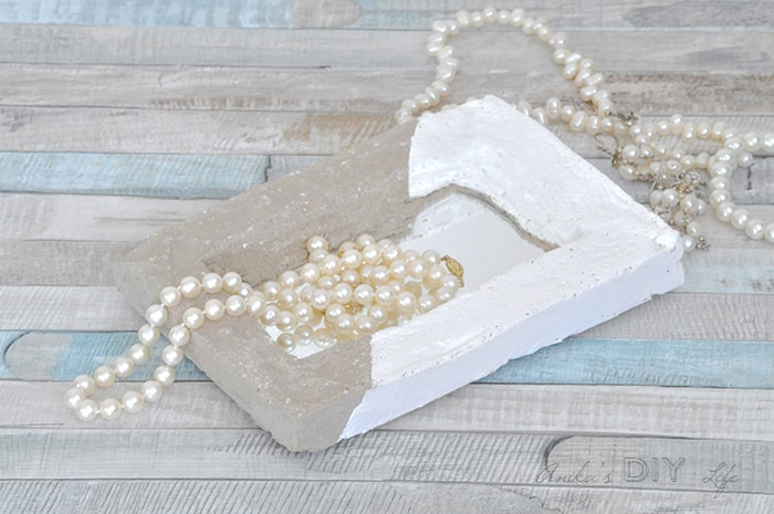 Make an easy DIY concrete tray with a mirror! IThis is such a pretty mirrored tray!