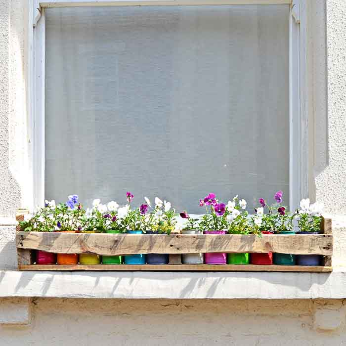 recycled tin and pallet planter idea