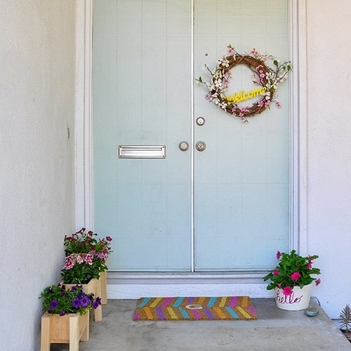 Small front porch decorating ideas to improve curb appeal on a budget. These 5 small front porch makeover ideas are budget friendly and so easy! It is easy to add immense curb appeal and aesthetic value to a home with quick and easy tricks, tips and decor.