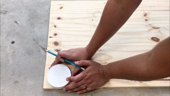 Tracing round edges for cutting board shape cutout using a plastic lid