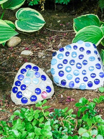 Step by step tutorial on how to make mosaic rocks to add instant color and decor to your garden. Make garden decor with this easy and inexpensive idea!