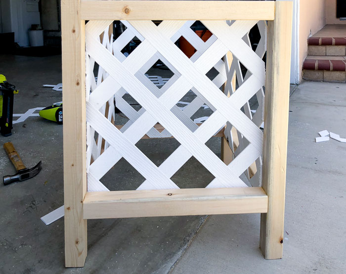 DIY lattice planter box with one layer of lattice