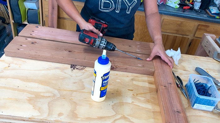 Building the table top of the outdoor dining table using pocket hole screws