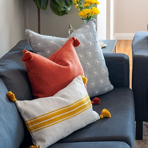 Simple easy tips for creating a warm and cozy living room this fall. These easy tips will transform any living room into an inviting space.