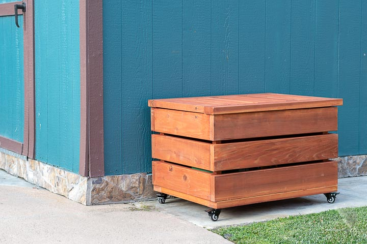 DIY Outdoor storage box and bench in the backyard