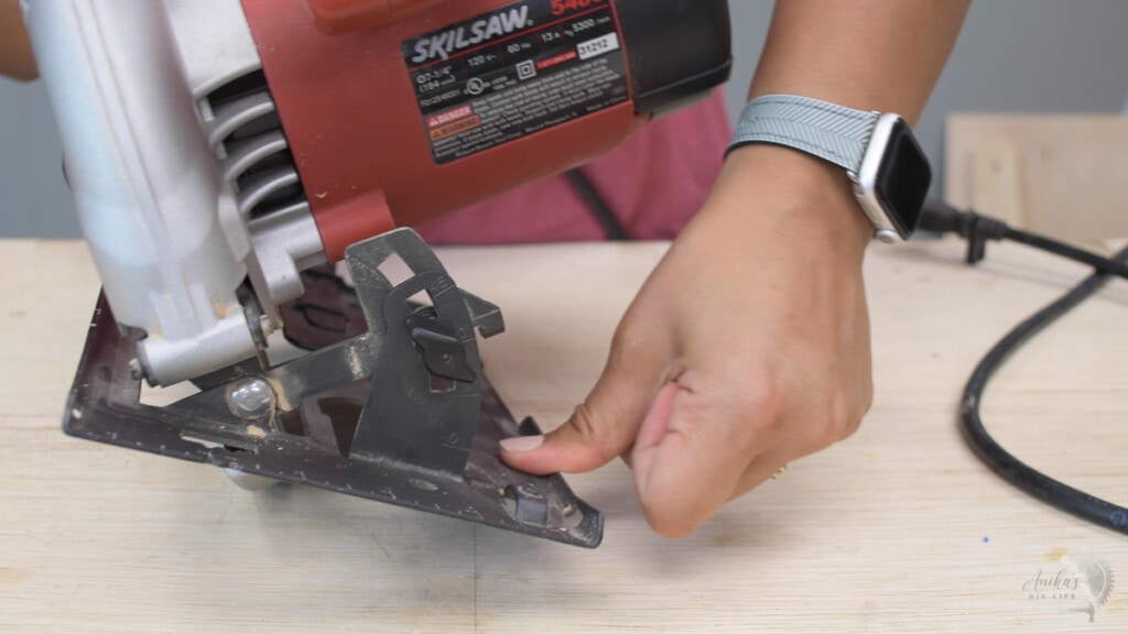 how to use the bevel adjustment on the circular saw