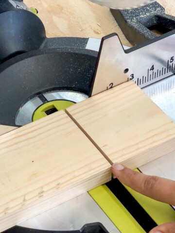A simple beginner-friendly explanation of what is saw kerf and why you need to account for it to get accurate cuts.